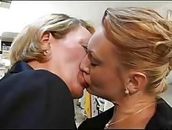 first time lesbian porn - amatuer lesbian tribbing