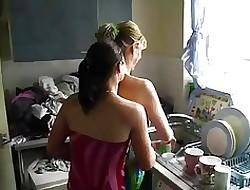 pornografia na kuchni - lesbijki lizanie orgii